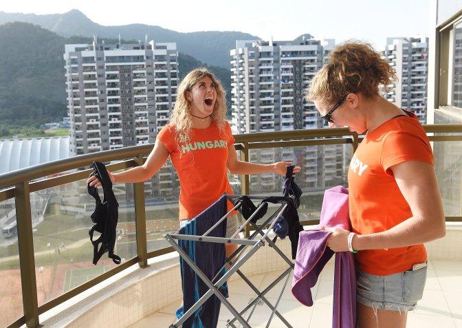 Rio de Janeiro, 2016. augusztus 4. Szilágyi Liliána és Sztankovics Anna, úszók (b-j) a Rio de Janeiró-i olimpiai faluban 2016. augusztus 4-én, egy nappal a riói nyári olimpia kezdete elõtt. MTI Fotó: Kovács Tamás
