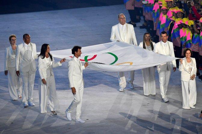 Rio de Janeiro, 2016. augusztus 6. Az olimpiai zászló bevonulása a XXXI. nyári olimpiai játékok megnyitóünnepségén a Rio de Janeiró-i Maracana Stadionban 2016. augusztus 5-én. MTI Fotó: Czeglédi Zsolt