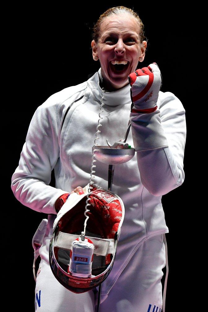 Rio de Janeiro, 2016. augusztus 6. Szász Emese örül, miután gyõzött az olasz Rosella Fiamingo ellen a 2016-os riói nyári olimpia nõi párbajtõrversenye döntõjében a Rio de Janeiró-i 3-as Karióka Arénában 2016. augusztus 6-án. Szász Emese 15-13-ra nyert és olimpiai bajnok lett. MTI Fotó: Czeglédi Zsolt