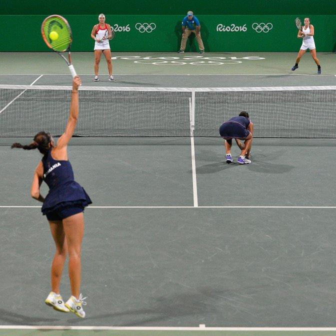 Rio de Janeiro, 2016. augusztus 8. Babos Tímea (hátul, b) és Jani Réka-Luca (hátul, j) a román Andreea Mitu (elöl, b) és Raluca Olaru   ellen játszott mérkõzésen a 2016-os riói nyári olimpia nõi tenisztornájának elsõ fordulójában a Rio de Janeiró-i Olimpiai Teniszközpontban 2016. augusztus 7-én. A magyar nõi teniszpáros két játszmában kikapott és kiesett. MTI Fotó: Czeglédi Zsolt