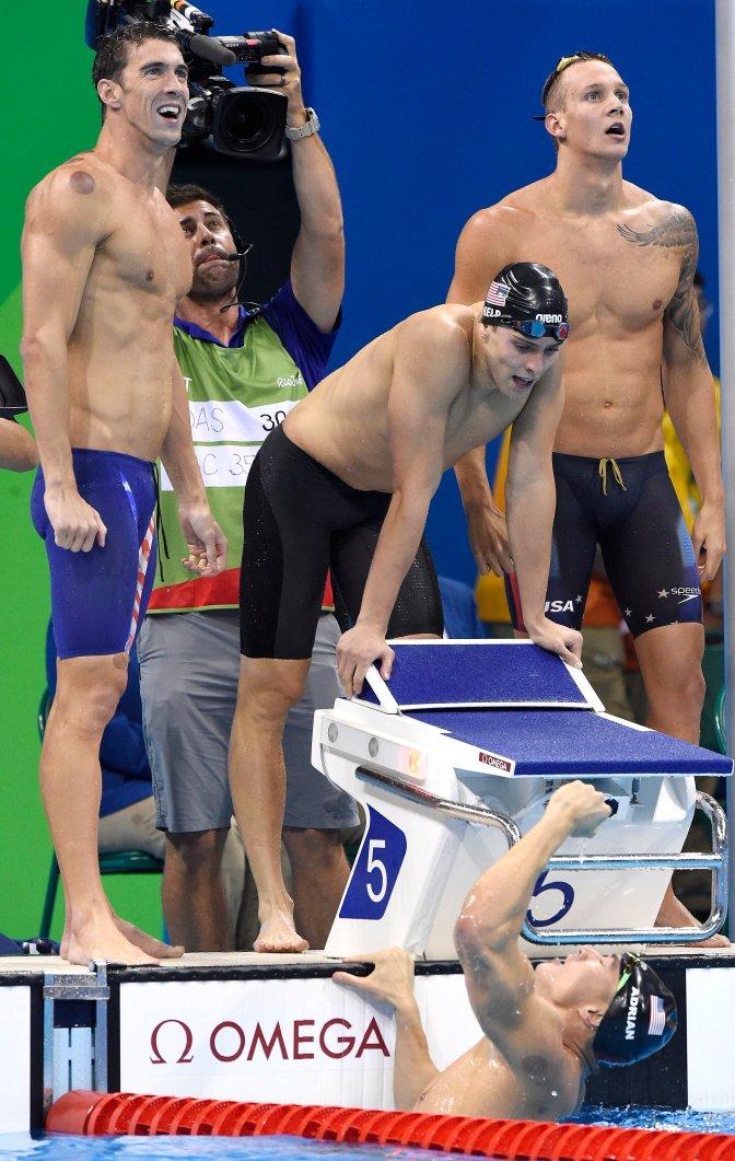 Rio de Janeiro, 2016. augusztus 8. A gyõztes amerikai váltó tagjai, Michael Phelps (b), Ryan Held (b2), Caleb Dressel (j) és Nathan Adrian (elöl) a 2016-os riói nyári olimpia 4x100 méteres gyorsváltó versenyszámának döntõje után a Rio de Janeiró-i Olimpiai Uszodában 2016. augusztus 7-én. MTI Fotó: Kovács Tamás