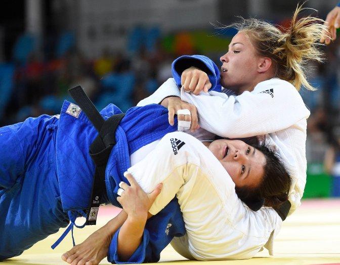 Rio de Janeiro, 2016. augusztus 8. Karakas Hedvig (fehérben) küzd a türkmén Rusana Nurjavova ellen a nõi cselgáncsozók 57 kilogrammos súlycsoportjának versenyében, a riói nyári olimpián a 2-es Karióka Arénában 2016. augusztus 8-án. Karakas Hedvig megnyerte elsõ mérkõzését, ezzel bejutott a nyolcaddöntõbe. MTI Fotó: Kovács Tamás