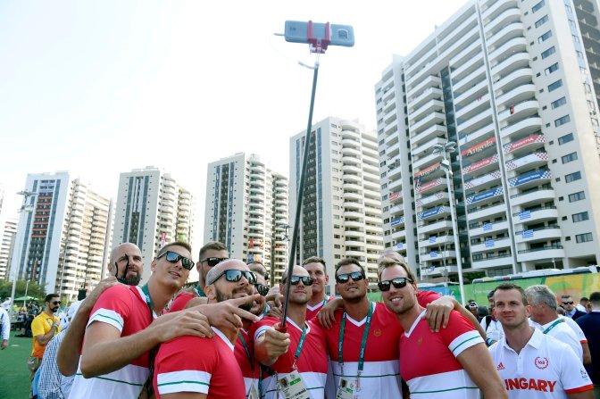 Rio de Janeiro, 2016. augusztus 4. A magyar vízilabda-válogatott fényképezkedik a Rio de Janeiró-i olimpiai faluban 2016. augusztus 4-én, egy nappal a riói nyári olimpia kezdete elõtt. MTI Fotó: Kovács Tamás