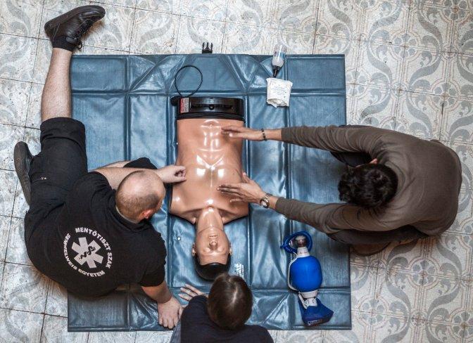 Budapest, 2016. szeptember 30. Újraélesztési bemutató a Semmelweis Egyetem egészségtudományi karán a kutatók éjszakáján, 2016. szeptember 30-án. MTI Fotó: Szigetváry Zsolt