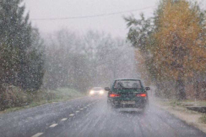 Zalaszentbalázs, 2016. november 12. Hóesésben haladó jármûvek a 74-es fõúton Zalaszentbalázs közelében 2016. november 12-én. A havazás, a szél és a hófúvás veszélye, valamint az északira forduló, viharossá fokozódó szél miatt Vas, Veszprém és Zala megyében elsõfokú figyelmeztetéseket, a sok esõ miatt három dunántúli megyére másodfokú, további kilenc megyére és a fõvárosra elsõfokú figyelmeztetést adott ki erre a napra a meteorológiai szolgálat. MTI Fotó: Varga György