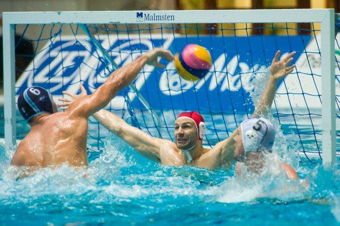 Eger, 2016. december 21. Dusko Pijetlovic, az olasz csapat játékosa (b), valamint Branislav Mitrovic, az Eger kapusa és, csapattársa, Hosnyánszky Norbert (j) a férfi vízilabda Bajnokok Ligája B csoportjának harmadik fordulójában játszott ZF-Eger - Pro Recco mérkõzésen az egri Bitskey Aladár Uszodában 2016. december 21-én. ZF-Eger - Pro Recco (olasz) 7-11. MTI Fotó: Komka Péter