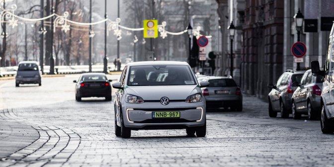 Budapest, 2016. december 29. A közösségi autómegosztó szolgáltatás, a GreenGo egyik autója halad a Lánchíd utcában 2016. december 29-én. A kizárólag elektromos meghajtású autókkal a fõvárosban indult, GPS-alapú szolgáltatás regisztráció után vehetõ igénybe. A felhasználók az okostelefonjukra telepített applikációval találhatnak leparkolt, szabad autót a közelükben. A jármû lefoglalása után gyalog kell elmenniük az autóhoz, amely csak egy PIN-kóddal indítható el. Az úti cél elérése után az autót a közlekedési szabályok betartásával bárhol le lehet állítani és ott lehet hagyni a szolgáltatási területen belül. A gépkocsikat a vállalat szakemberei töltik a városszerte ingyenesen igénybe vehetõ elektromos töltõállomásoknál. Az autók takarítását, szervizelését a gépkocsik márkaszervizében végzik. A szolgáltatás Budapesten jelenleg 70 autót kínál a bérlõknek. MTI Fotó: Szigetváry Zsolt