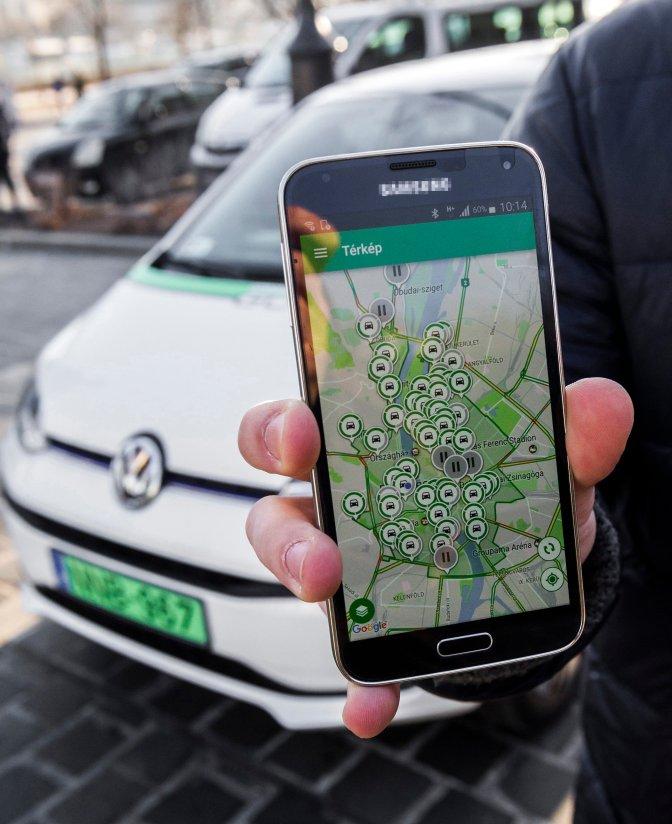 Budapest, 2016. december 29. A közösségi autómegosztó szolgáltatás, a GreenGo szabad autóit mutató alkalmazás egy telefon kijelzõjén Budapesten 2016. december 29-én. A kizárólag elektromos meghajtású autókkal a fõvárosban indult, GPS-alapú szolgáltatás regisztráció után vehetõ igénybe. A felhasználók az okostelefonjukra telepített applikációval találhatnak leparkolt, szabad autót a közelükben. A jármû lefoglalása után gyalog kell elmenniük az autóhoz, amely csak egy PIN-kóddal indítható el. Az úti cél elérése után az autót a közlekedési szabályok betartásával bárhol le lehet állítani és ott lehet hagyni a szolgáltatási területen belül. A gépkocsikat a vállalat szakemberei töltik a városszerte ingyenesen igénybe vehetõ elektromos töltõállomásoknál. Az autók takarítását, szervizelését a gépkocsik márkaszervizében végzik. A szolgáltatás Budapesten jelenleg 70 autót kínál a bérlõknek. MTI Fotó: Szigetváry Zsolt