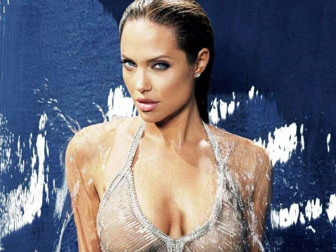 Angelina Jolie, 40 éves, forgatókönyv író, filmproducer, színésznő, a Mr. és Mrs. Smith, vagy a Salt ügynök c. filmek főszereplője