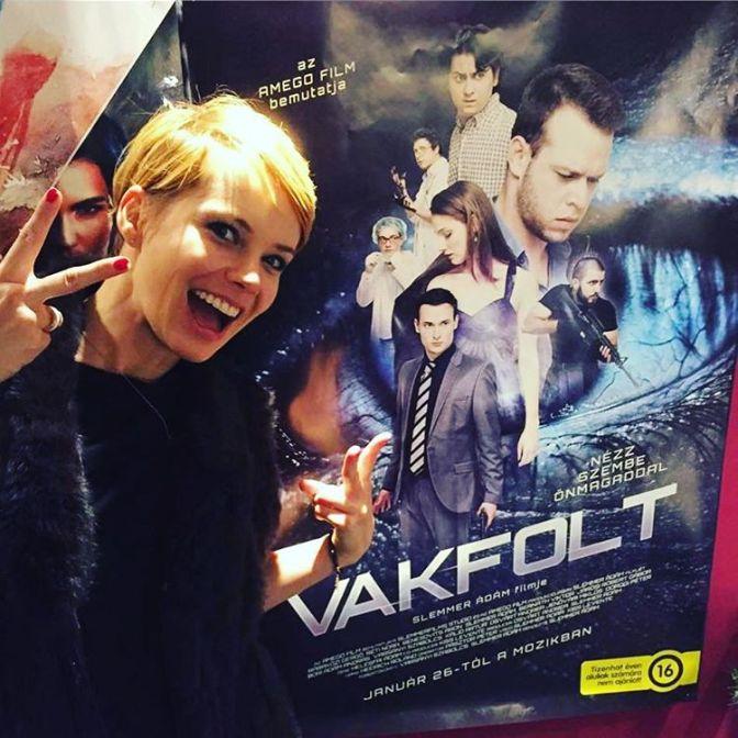 Osvart Andrea, az egyik főszereplő a film plakátja előtt