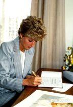 Ezrekért keltek el Diana hercegnő levelei