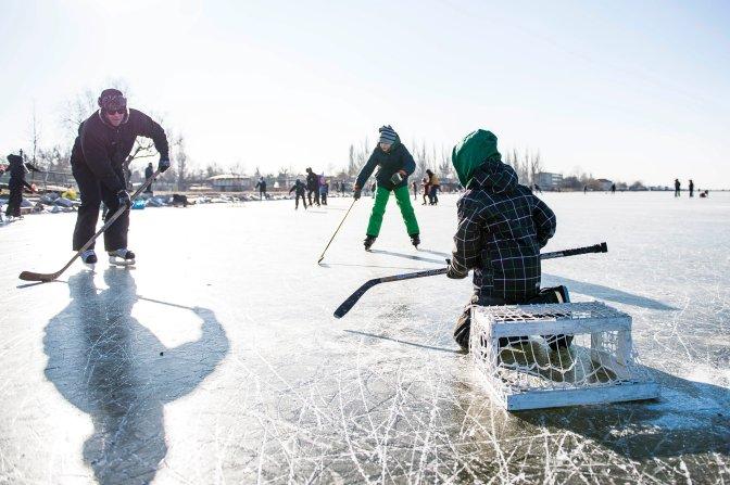 Agárd, 2017. január 7. Jégkorongozók a befagyott Velencei-tó jegén 2017. január 7-én. Az Agárdi Popstrandon, kijelölt pályán biztonságos, 11 centiméter vastag jégen lehet korcsolyázni. MTI Fotó: Bodnár Boglárka