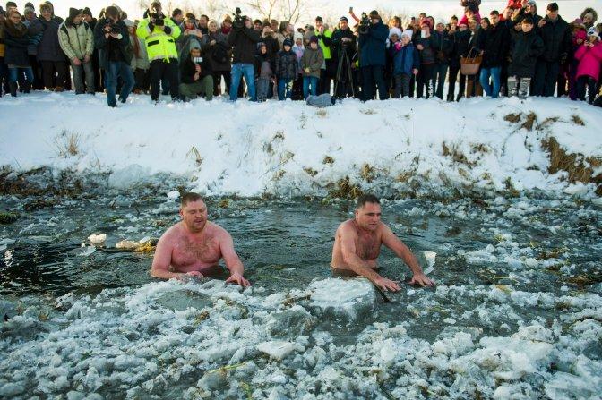 Hatvan, 2017. január 15. Schirilla György (j) és Volecz Imre a Zagyva folyóban a Heves jeges életmód-találkozón Hatvanban 2017. január 15-én. MTI Fotó: Komka Péter
