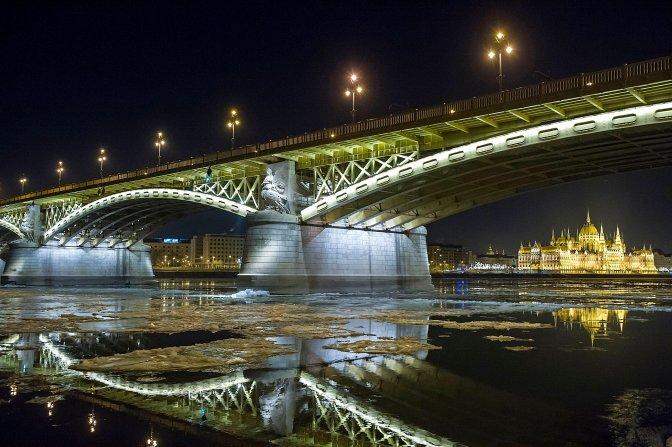 Budapest, 2017. január 8. Jégzajlás a Dunán Budapesten, a Margit hídnál 2017. január 8-ra virradó éjjel. Jobbra a Parlament épülete. MTI Fotó: Lakatos Péter