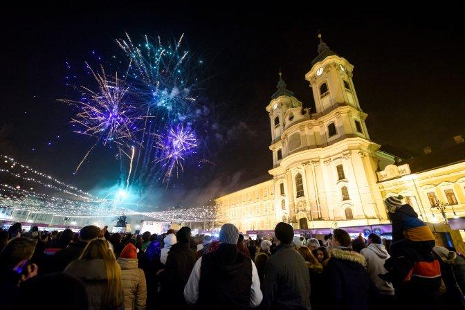 Eger, 2017. január 1. Szilveszteri tûzijáték az egri Dobó téren 2017. január 1-jére virrradó éjjel. MTI Fotó: Komka Péter