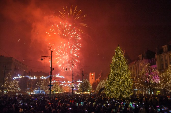 Debrecen, 2017. január 1. Szilveszteri tûzijáték a debreceni Kossuth téren 2017. január 1-jére virradó éjjel. MTI Fotó: Czeglédi Zsolt
