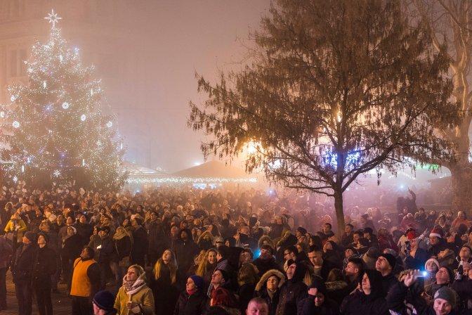 Nyíregyháza, 2017. január 1. A Kossuth téren összegyûlt tömeg nézi a szilveszteri tûzijátékot Nyíregyházán 2017. január 1-jére virradó éjjel. MTI Fotó: Balázs Attila