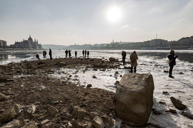 Budapest, 2017. január 11.  Turisták a Margit híd szigeti lehajtójának mederpillérénél 2017. január 10-én. A háttérben balról az Országház. MTI Fotó: Szigetváry Zsolt