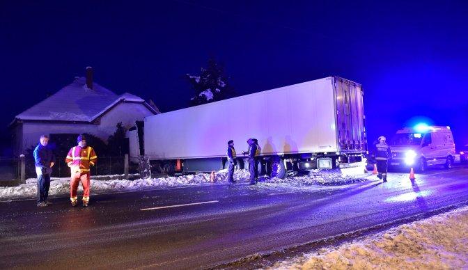 Aszaló, 2017. január 14. Baleset helyszíne a 3-as fõúton Aszalónál, ahol feltehetõleg a havas úton megcsúszott és egy ház falának ütközött egy lengyel rendszámú kamion 2017. január 14-én. Személyi sérülés nem történt, az anyagi kár jelentõs. MTI Fotó: Máthé Zoltán