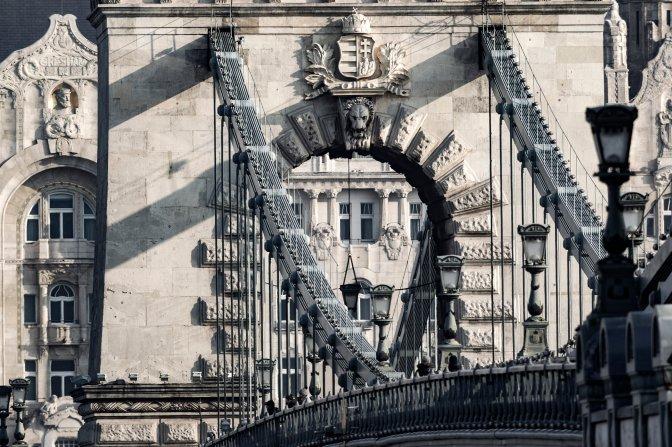 Budapest, 2017. január 11.  A Széchenyi Lánchíd pesti kapuja, rajta a Szent Koronával kiegészített Kossuth-címer 2017. január 10-én. A háttérben a Four Seasons Hotel Gresham Palace szálloda részlete. MTI Fotó: Szigetváry Zsolt