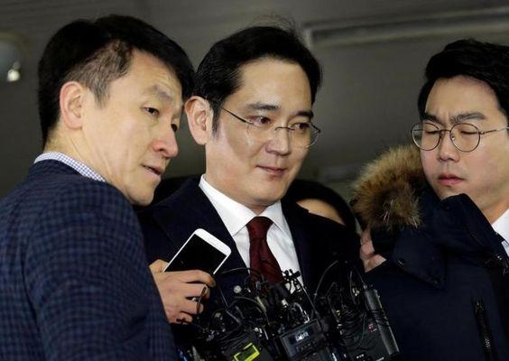 Jay Y. Lee (középen)