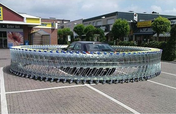A szupermarket parkolójában zárd körül az autóját bevásárlókocsikkal